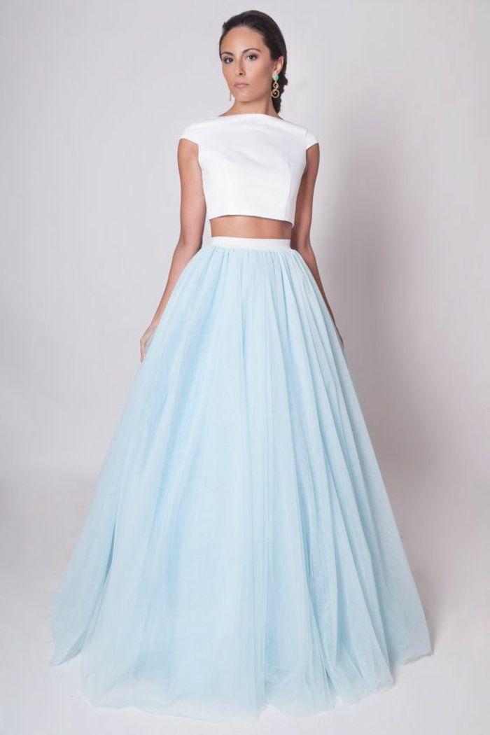 une femme élégante, une jupe longue de couleur bleu ciel, jupe longue femme