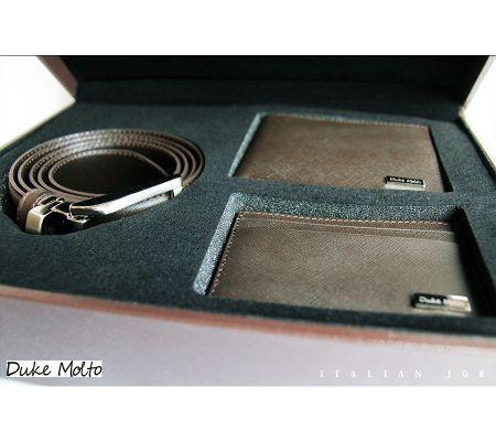 Duke Molto Casse Duke Molto Casse Marrone III: %100 deri kaplı ahşap kutu içinde, %100 deriden el yapımı cüzdan, kartlık ve boyu tokadan ayarlanabilir kemerden  oluşan şık bir erkek aksesuar seti. Özel Günleriniz için uzun yıllar kullanılıp sizi sevdiklerinize hatırlatacak class bir hediye seçeneği.Marrone III