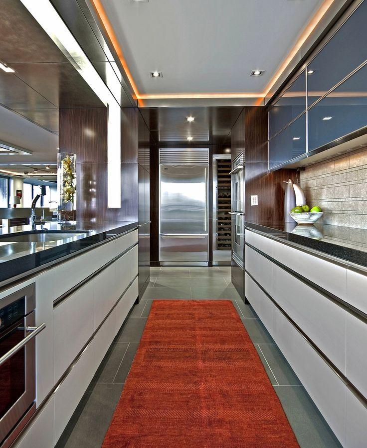Дизайн узкой кухни не прост, но современные приемы помогут превратить, совершенно непригодную для приготовления пищи комнату в уютный уголок вашего дома.
