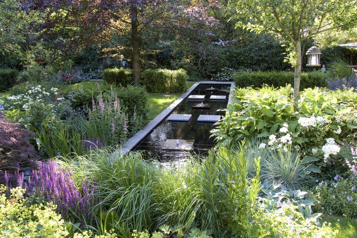 Robert Broekema - Gemeenschappelijke Tuin, Cristine Lankwarden: Groen. Eenvoud, rust en ruimte markeren deze tuin. De lange smalle vijver dwars in de tuin verbindt de drie tuinen met elkaar. De kleurrijke bloemborders liggen als een dambord door de tuin verspreid.
