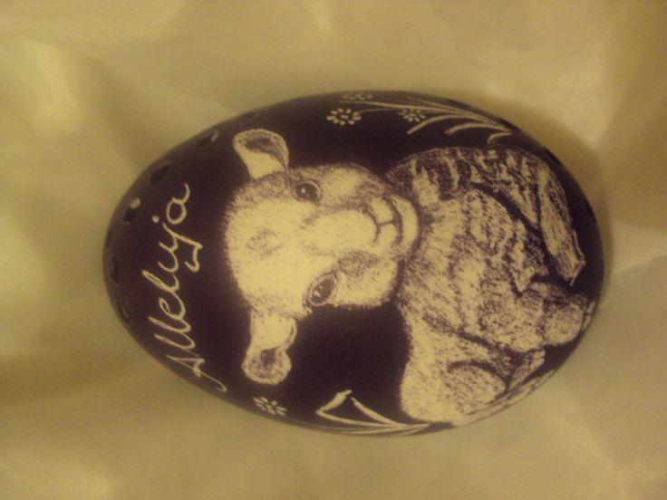 Wielkanocny baranek, wyskrobany na gęsiej wydmuszce.