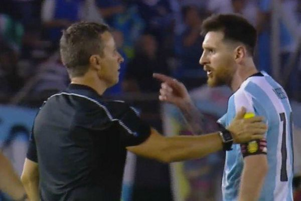 Malgré les images confondantes de la télévision, Lionel Messi assure que les insultes proférées à l'encontre de l'arbitre du match face au Chili étaient des «paroles en air».