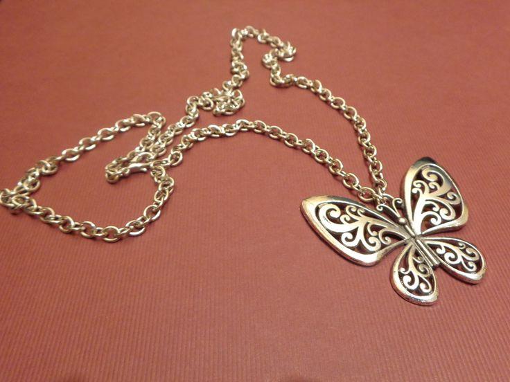Colar de corrente prateada com pendente borboleta