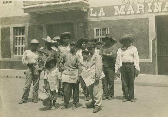 Hugo Brehme, Vendedores de periódicos, Mexico D.F., ca, 1920. Plata/gelatina