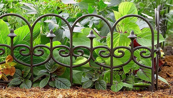Add border beauty to your garden with these smart (and simple!) edging ideas. #SpringIsCalling