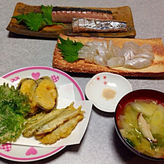 山口県の豊田湖でワカサギを釣ったので、天ぷらに。ついでにナスと大葉も揚げました。 いりこだしの味噌汁、 サワラとショウサイフグの刺身です。 - 4件のもぐもぐ - ワカサギ釣ったよ! by orieueki