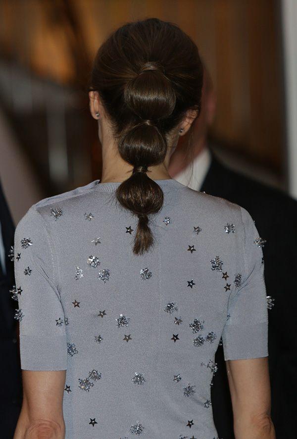 Doña Letizia volvió a convertirse una vez más en el centro de todas las miradas consu original coletay se sumó a uno de los peinados de moda,labubble ponytailo coleta de burbujas