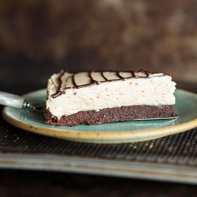 Die kleinen Kunstwerke aus fluffiger Erdnuss-Frischkäse-Creme auf Toffee-Keks-Boden brauchen keinen Ofen, sondern lediglich ein Plätzchen im Kühlschrank.