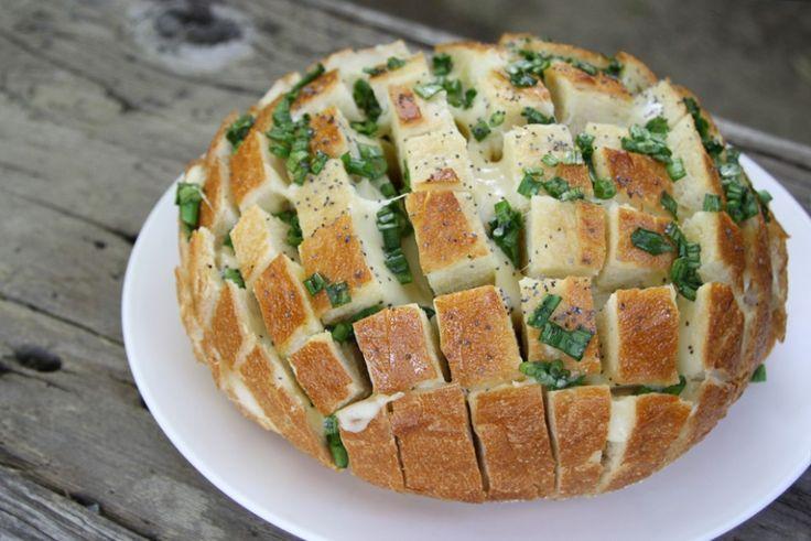 Μμμμμμ... πεντανόστιμο ψωμάκι γεμιστό με τυρί! Σκέτη κόλαση! Υπέροχη ιδέα για τραπέζι, πάρτυ, συναντήσεις αλλά και για ένα κυριακάτικο γεύμα με την οικογένεια σας   Θα χρειαστείτε  -ένα καρβελάκι ψωμί -Φέτες τυρί (μπορείτε να βάλετε μοτσαρέλα) -κρεμμυδάκι σε σκόνη -βούτυρο -Δεντρολίβανο   Κόβετε το ψωμί