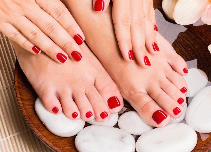 Piedi perfetti, a prova di sandalo: i trattamenti e gli smalti di stagione https://www.vanityfair.it/beauty/viso-e-corpo/2017/04/19/piedi-pedicure-scrub-smalto-sandali-primavera