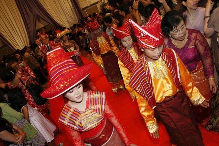 Para pria pada pernikahan adat Batak Karo Sumatra Utara, mengenakan penutup kepala yang terbuat dari kain uis gara semacam kain ulos, yang dililitkan di kepala.