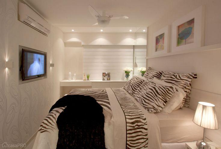 O painel da TV feito de drywall também serve para embutir o ar-condicionado. Projeto da arquiteta Deise Maturana.