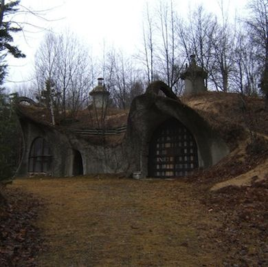 12 hobbit houses to make you consider moving underground for Modern hobbit house