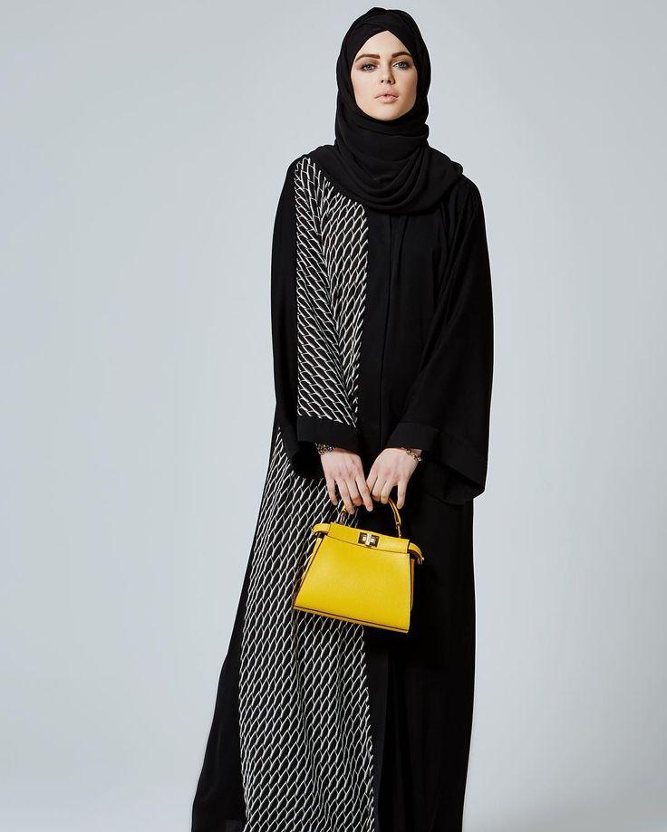 Siyah beyazın asilliğini #ferace ile buluşturan #FERADJE sizlere bu yeni tasarımı sunmaktan memnunluk duyar! #ferrace #abaya #abaye #hijabhigh #hijabfashion #hijabilookbook #hijab #instagram #instafashion