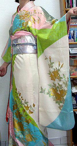 http://kimono.fraise.net/gallery/kitsuke/kakeshita2-side2.jpg