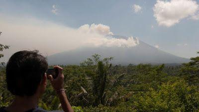 Συναγερμός στο Μπαλί: Απομακρύνουν άρον-άρον κατοίκους και τουρίστες για το φόβο έκρηξης ηφαιστείου [εικόνες & βίντεο]