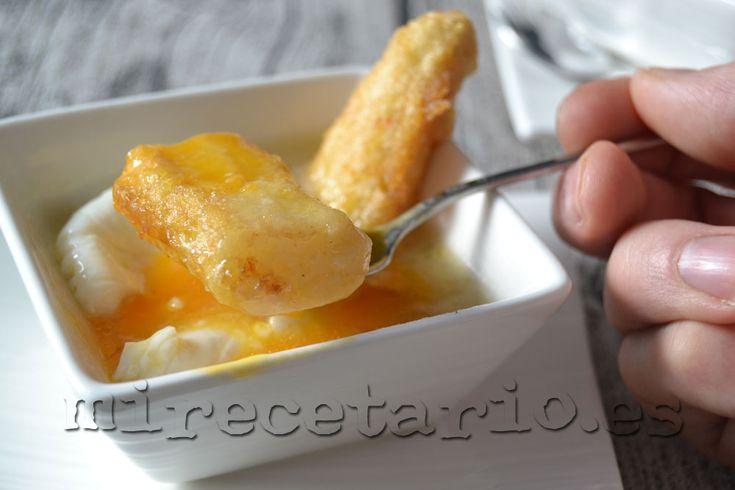 Espárragos fritos con huevo poché en su salsa.