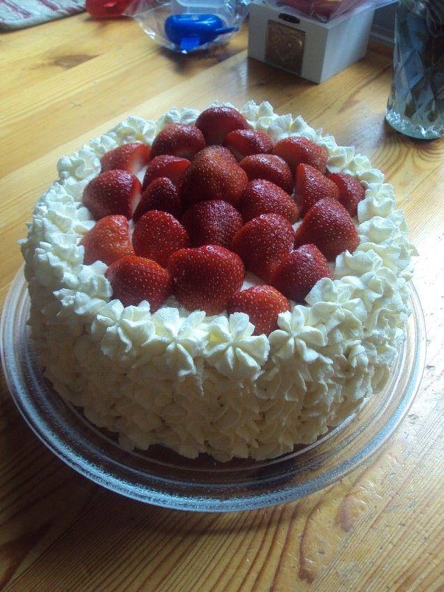 En lagom söt tårta med smak av vitchoklad och färska jordgubbar.