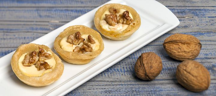 Bladerdeeg met geitenkaas hapjes/puff pastry with goatcheese and nuts
