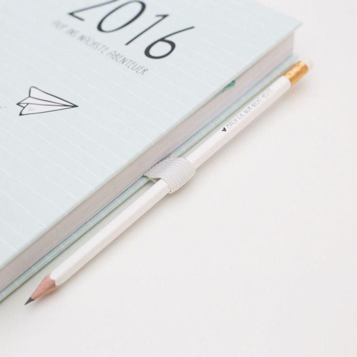 Das perfekte Accessoire für alle odernichtoderdoch Kalender und Notizbücher: Klebe die Stifteschlaufe einfach in dein Lieblingskalender oder -buch ein und hab ab nun immer einen Stift parat.  Produktdetails: 1x Stifteschlaufe,...