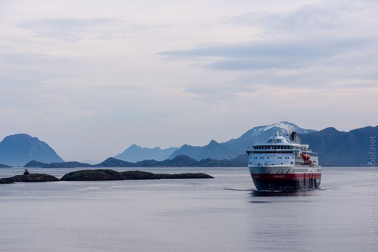 navires hurtigruten | 4ème jour  - rencontre du MS Finnmarken  © Paul Kerrien http:toilapol.net