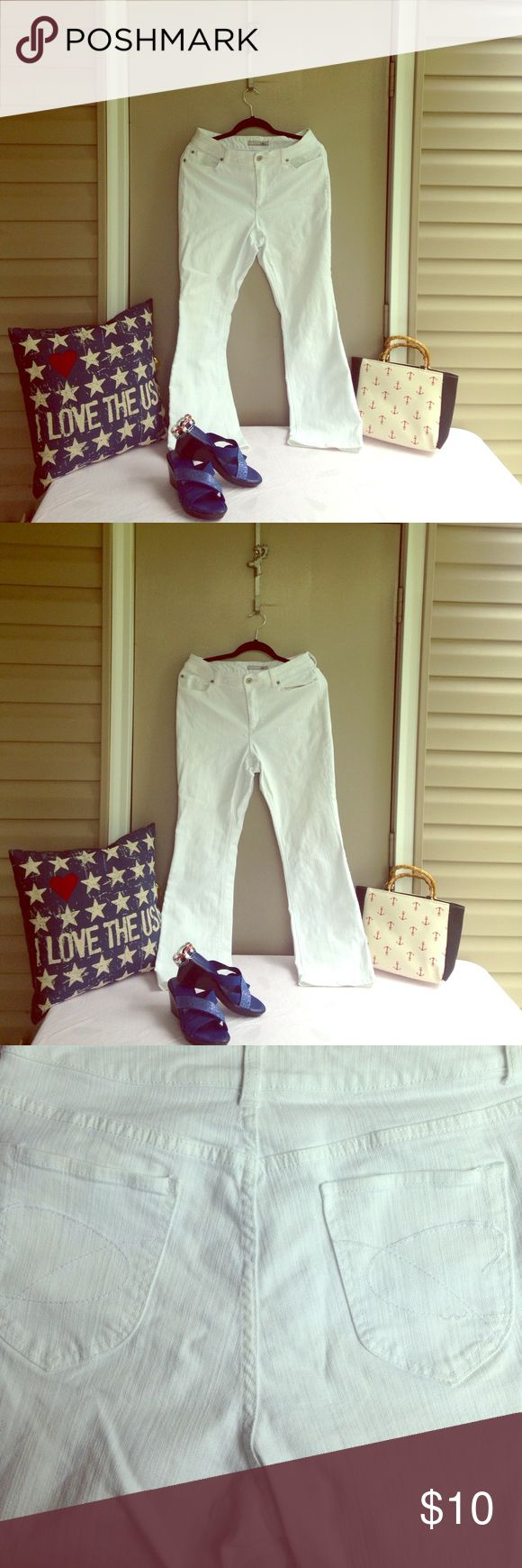 🇺🇸2 for $14 Deal🇺🇸 Denim Daze White Jeans 🇺🇸2 for $14 Deal🇺🇸 Denim Daze Chico's Platinum 1.5 short White Jeans! Comfortable fit with stretch and flattering flat back pockets with stitching detail! Slight pulled thread on back pocket hardly seen see pic. Waist 32 inches inseam about 29 inches! Classic cool white in this nice one! Bundle 2 for $14. To get Bundle Deal for 2 different items marked 2 for $14 (original price $10) CLICK ON ✅ BUNDLE  ✅ADD 2 different Items marked 2 for $14…