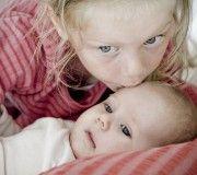 Søskende fotografering - kys, baby, www.stefaniefriedrichs.com Fotograf Aarhus,