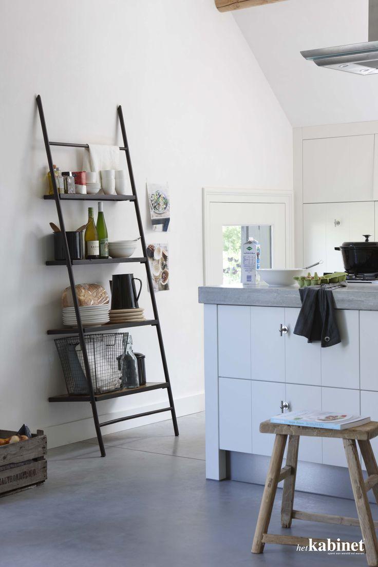 Een smal rek neemt niet teveel ruimte in in de keuken, maar toch is er voldoende ruimte om potten op te bergen. #keuken #living #dining #kitchen #storage #kast
