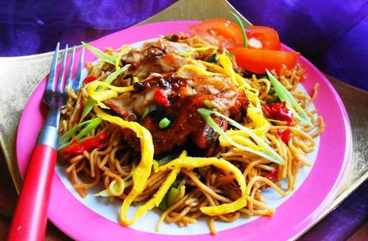 Tjauw Min Speciaal (Surinaamse mie met geroosterde Creoolse kip)