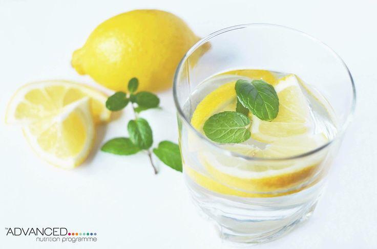 Αναζωογονήστε το δέρμα σας και ενισχύστε την ενέργειά σας με ένα ποτήρι νερό και λεμόνι!