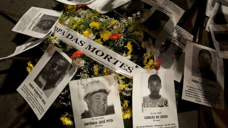 Wereldkampioenschap voetbal 2014 Een krans met foto's van arbeiders die bij de bouw van WK-stadions zijn omgekomen | EPA