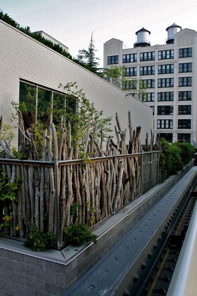 balkon sichtschutz ideen holz zweige pflanzen rustikal aussehen
