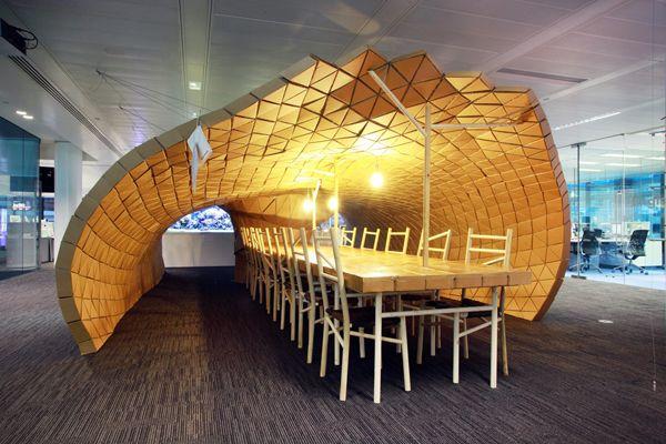 Liam Hopkins ha proyectado Lupa: una sala de reuniones y espacio de encuentro para la sede de Bloomberg en Londres. Construcción realizada con cartón reciclado de la propia empresa.