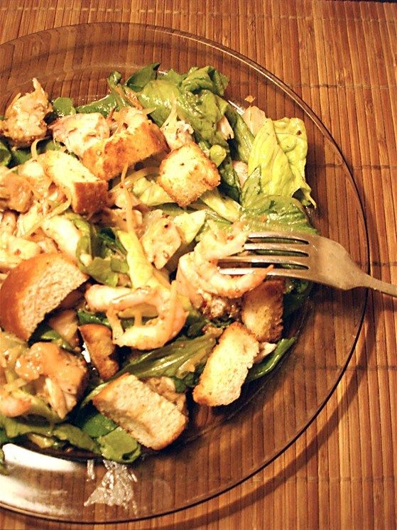 Салат «Цезарь» с курицей, горчицей и креветками