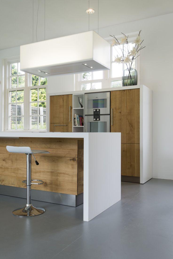 Houten keuken van ruw eiken met Corian keukenblad en kookeiland - op maat gemaakt door JP Walker