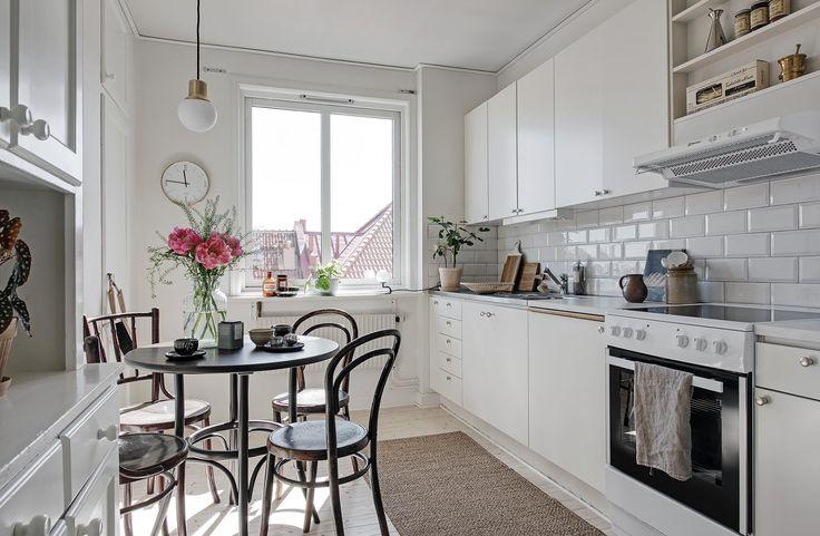 Lo bueno de vivir en una casa o piso de segunda mano son algunos detalles de otras épocas difíciles de encontrar en viviendas actuales. En esta cocina verás un par.