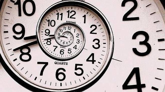 Čas – existuje snad záhadnější a podivnější fenomén našeho vesmíru? Přestože se sním každý znás setkává každý den a fyzici ho usilovně zkoumají už sto let, vlastně jeho podstatu pořád nechápeme.