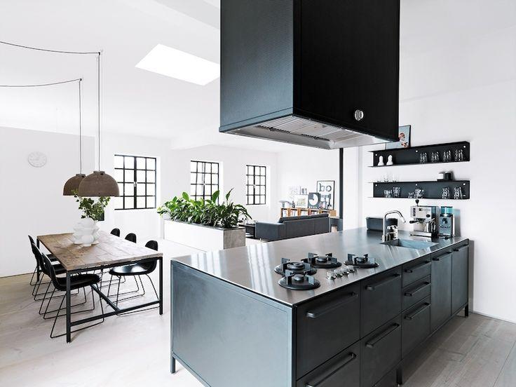 Středobodem kodaňského bytu je kuchyň z ocelových, černě práškovaných modulů, jimž vévodí pracovní deska z nerezavějící oceli.