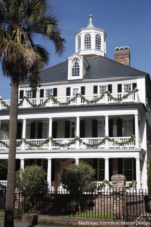 Christmas in Charleston, South Carolina One of the many homes there I love at Christmastime...