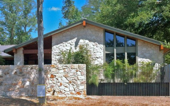 Fachada de piedra de casa rural