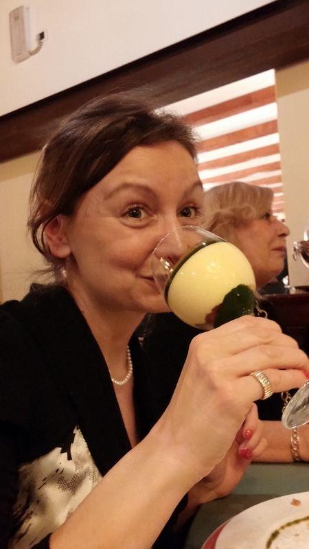 #MichelaPierallini finge di bere il dessert dal calice. Cena del #Broccoletto di #Custoza al #Ristorante #Antico #Ristoro a #Sommacampagna #Verona