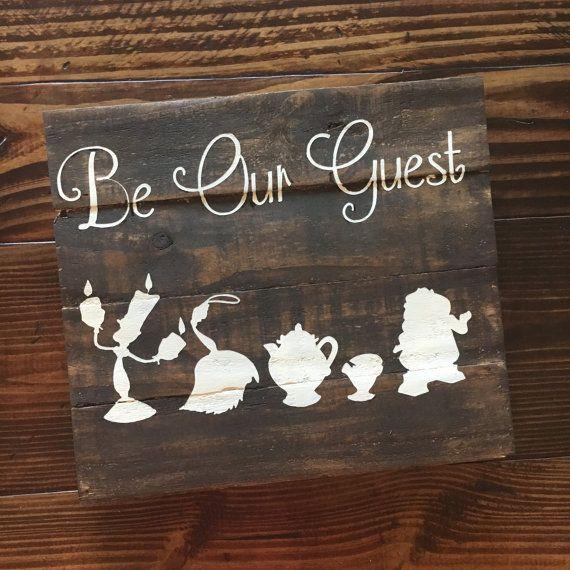 Werden Sie unser Gast-Holz-Schild || Disney inspiriert Holzschild || Hand bemalt Holzschild || Schönheit und das Tier inspiriert Wandschild || Charakter Holzschild