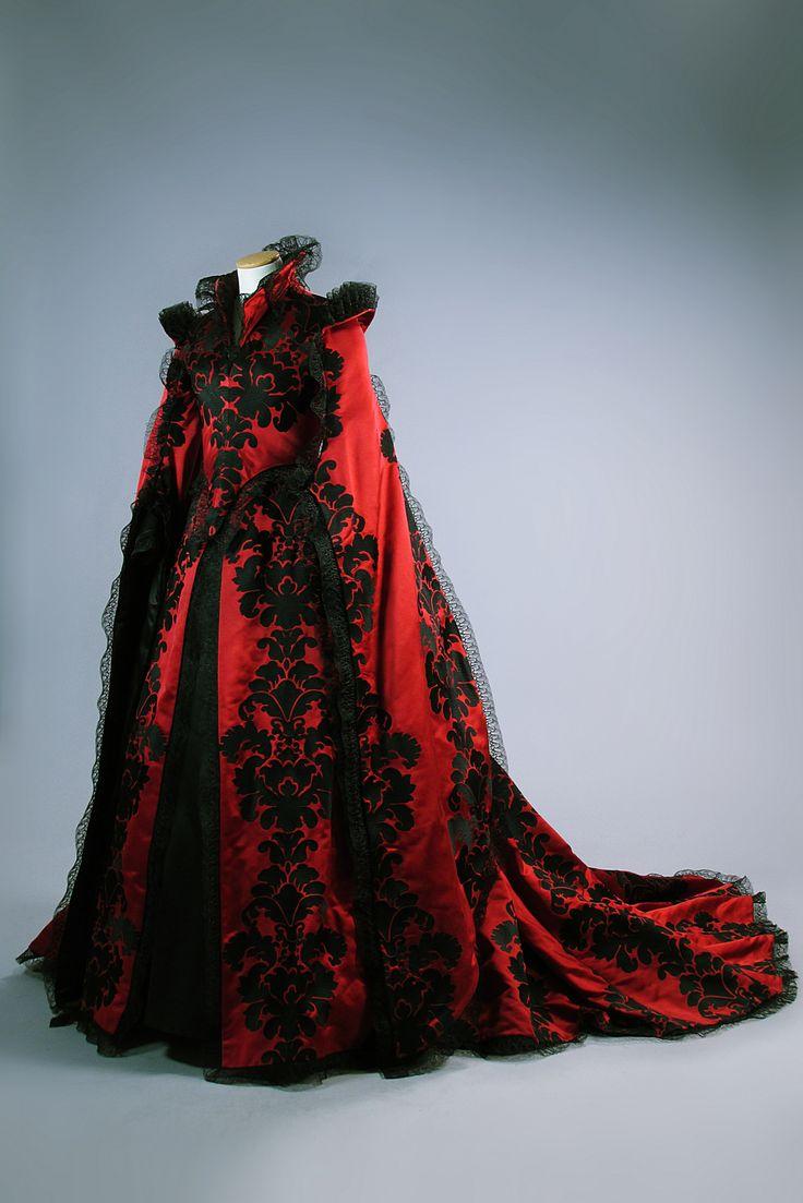 Costume in raso rosso disegnato da Massimo Cantini Parrini, realizzato dalla Sartoria Tirelli nel 2014 indossato da Salma Hayek nel ruolo della Regina di Selvascura nel film Il racconto dei racconti di Matteo Garrone