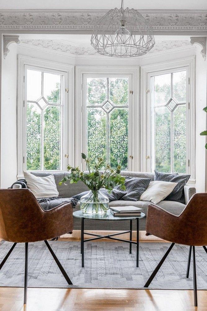 À la délicatesse d'un bow window et de gracieuses moulures, on ajoute des meubles légers et des accrochages assemblés par thème et par st...