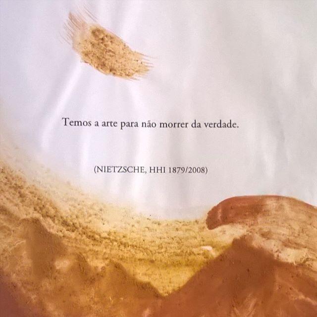 """""""temos a arte para não morrer da verdade"""" #nietzsche  página da tese de doutorado em educação, feita de modo #artífice, de @ninaveigajf 'Fiar a escrita'. esse trabalho entre o fiar, o escrever e o ... que está a me cotidianizar em revoluções. a questão da vez: qual é o teu propósito? teu motivo? tua força motriz?  #citação #arte #devir #artemanual #manualidade #escrita #artesanato #filosofia #devirartífice"""