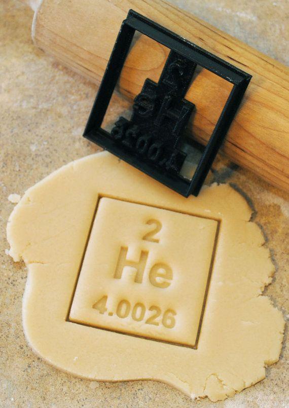 3D gedruckt Periodensystem der Elemente Helium-Ausstecher.    Auf der Suche nach einem bestimmten periodischen Element, die wir noch nicht haben? Wir berechnen nur $10,00 Ihrem Element unserer Sammlung hinzu! 2.5 x 2,69 Zoll    -Verwenden Sie gekühlt (nicht gefroren) Teig.  -Verwenden Sie Mehl oder Teflon-Spray um zu reduzieren, Kleben mit hochdetaillierten Schneidgeräte.  -Dein Geld wenn Ihr Teig zu feucht ist, Steck dem Fräser... Fügen Sie etwas Mehl hinzu.  -Kleben noch? Pop Ihren Teig in…