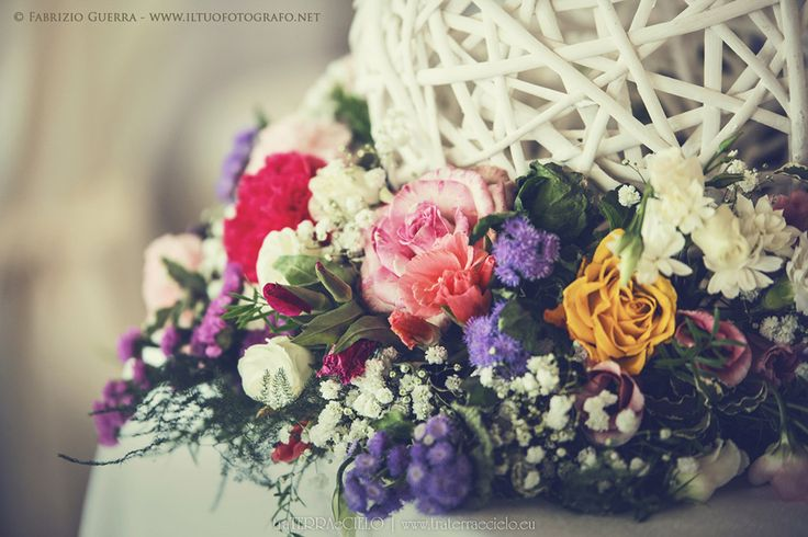 Fiori, colore, arcobaleno, matrimonio, sposa, sposo, shabby chic, blu, viola, rosa, cuori, portafedi, secchielli latta,  Flowers, colors, rainbow, wedding, marriage,  bride, groom, vintage, blue, purple, pink, rattan, hearts, wedding rings, tags, bouquet  Per la galleria completa e i link dei vari fornitori visitate il sito internet www.traterraecielo.eu  For complete photogallery and links of various furnisher visit the website www.traterraecielo.eu