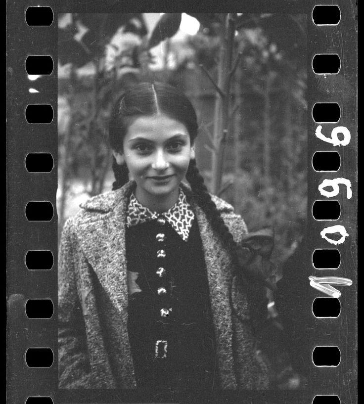 Petite fille dans un jardin. Ghetto de Lodz, ca. 1940- 1944. Photo: Henryk Ross. Don anonyme 2006. Image tirée à partir du négatif origin...