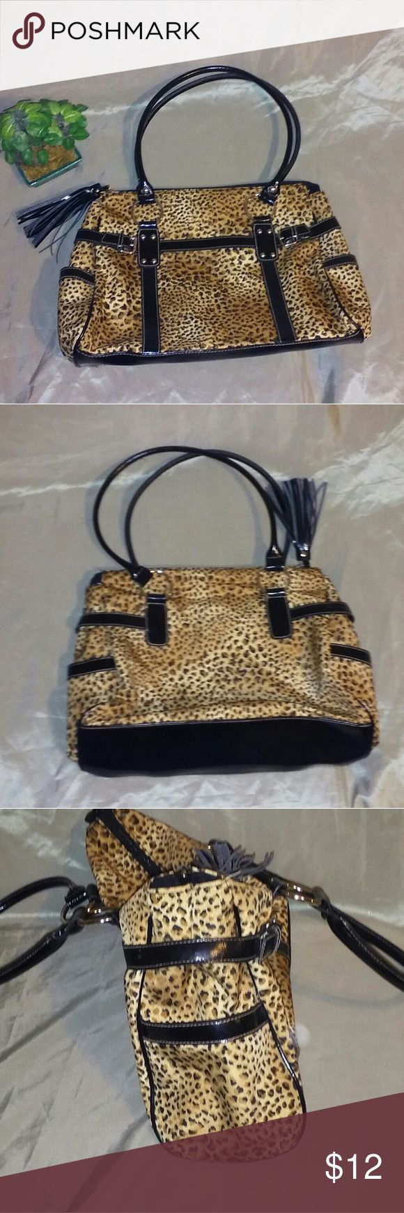 Leopard print bag Stylish leopard print bag that's hardly used and is in excellent condition. Bags Shoulder Bags
