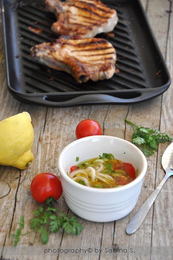 Braciole di maiale alla griglia con salsa